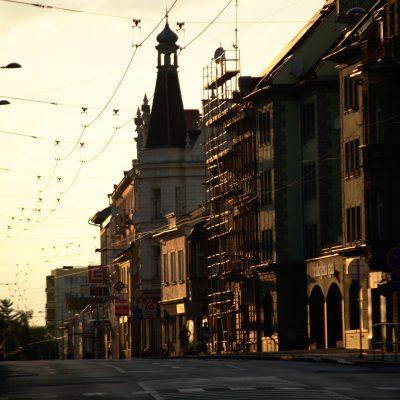krnovská ulice v zapadajícím Slunci