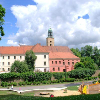 Minoritský klášter s pohledem na dětské hřiště
