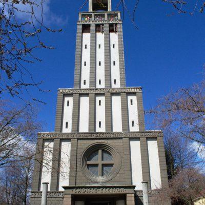 Dav lidí pod věží kostela sv. Hedviky při komentovaných prohlídkách