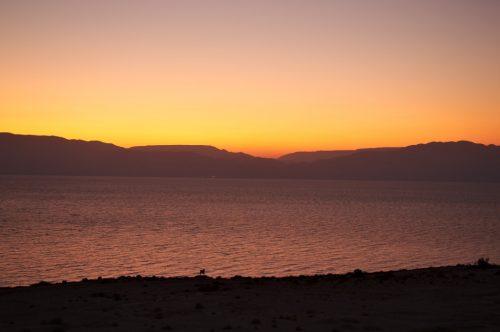 Slunce vychází u Mrtvého moře